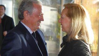 El empresario José Gandía con la presidenta del Parlamento, Fuensanta Coves.  Foto: Juan Carlos Vazquez y Victoria Hidalgo