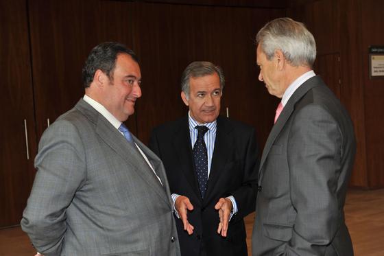 Tomás Valiente, director general del Grupo Joly; el consultor Jorge Segura, y José Pozo, director general de Azvi.  Foto: Juan Carlos Vazquez y Victoria Hidalgo