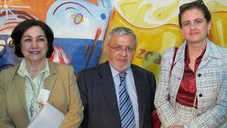 Candelaria Vázquez Mendoza (secretaria técnica), José María García Blanco (vicepresidente), y Ana Recio (presidenta) de la Asociación Andaluza de Profesores de Español 'Elio Antonio de Nebrija'.  Foto: Victoria Ramírez