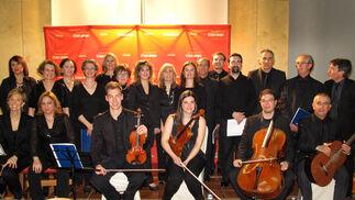 Orquesta y coro del IES Llanes, con su director, Miguel Ángel Rodríguez Villacosta.  Foto: Victoria Ramírez