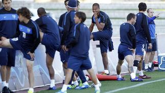 Los jugadores realizan estiramientos  Foto: Sergio Camacho