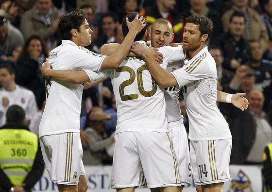 ^El Real Madrid golea en casa a la Real Sociedad y mantiene al Barça a seis puntos (5-1). / AFP