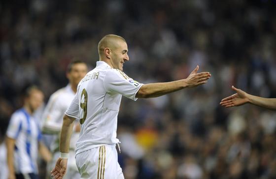 El Real Madrid golea en casa a la Real Sociedad y mantiene al Barça a seis puntos (5-1). / AFP