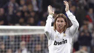 El Real Madrid golea en casa a la Real Sociedad y mantiene al Barça a seis puntos (5-1). / EFE