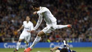 Ronaldo evita una entrada a ras de suelo de un rival. / AFP