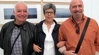 El arquitecto Carlos Cabrera,  la empresaria Neus Bragat (La Cava del Europa) y David del Rosario, diseñador de joyería.  Foto: Victoria Ramírez