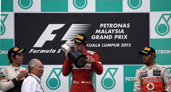 Fernando Alonso consigue la victoria en Sepang tras una carrera espectacular.  Foto: AFP