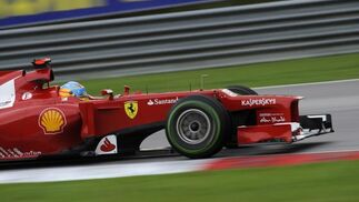 Fernando Alonso consigue la victoria en Sepang tras una carrera espectacular.  Foto: EFE
