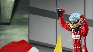 Fernando Alonso celebra la victoria.  Foto: Reuters