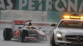 La lluvia y las salidas del coche de seguridad marcaron la carrera en Sepang.  Foto: Reuters