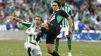Cañas lucha un balón en presencia de Paulao. / Antonio Pizarro