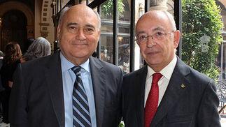 Los abogados Jorge Piñero y Manuel del Valle Arévalo, ex alcalde de Sevilla.  Foto: Victoria Ramírez