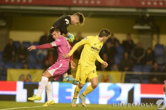 Alonso sale de su portería para despejar un balón de cabeza ante Josete y Gerard Moreno.   Foto: LOF