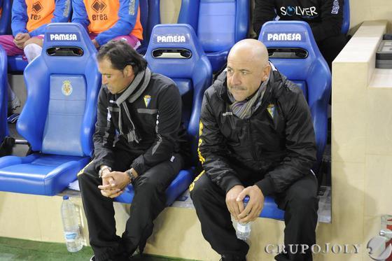 Claudio Barragán, junto a Alfredo Santaelena en el banquillo de El Madrigal.  Foto: LOF