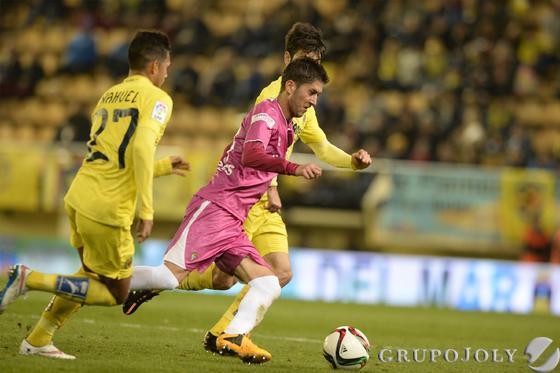 Fran Machado conduce el balón entre dos rivales.  Foto: LOF