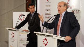 El director de 'Huelva Información', Javier Chaparro, junto al alcalde de Huelva, Pedro Rodríguez, ayer, en el Foro Joly celebrado en la Casa Colón.  Foto: Alberto Domínguez.