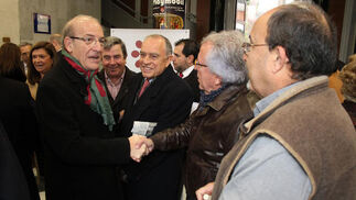 El alcalde de Huelva, Pedro Rodríguez, saludando a algunos de los asistentes al Foro Joly, un evento patrocinado por Ferrovial que se desarrolló en la Casa Colón de la capital.  Foto: Alberto Domínguez.