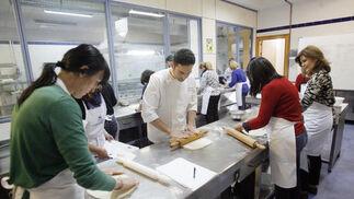 curso en la escuela de hostelería. La Escuela de Hostelería de Córdoba acogió el curso 'Trabajamos con el hojaldre', impartido por el prestigioso pastelero José Roldán.   Foto: José Martínez