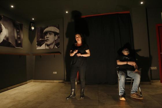 Teatro en Golden Club. Los actores Belén Benítez y Esteban Jiménez representaron en la sala Golden Club las piezas de microteatro 'El escondite', 'Una ronda de narices' y 'A solas'.  Foto: José Martínez
