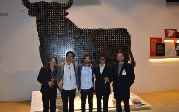 Diego Pozo, Alejandro Fernández, el pintor y diseñador Willie Marquez, el cantaor Tomasito y Mariano Matute, durante la visita  Foto: Ignacio Casas de Ciria