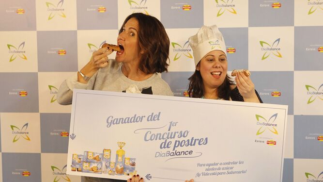 Samantha Vallejo-Nágera con la ganadora.