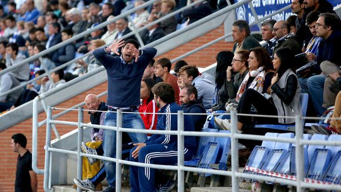 Pavón gesticula desde la grada del Nuevo Colombino en el partido frente a La Roda. El técnico lleva cuatro jornadas sin poder sentarse en el banquillo.