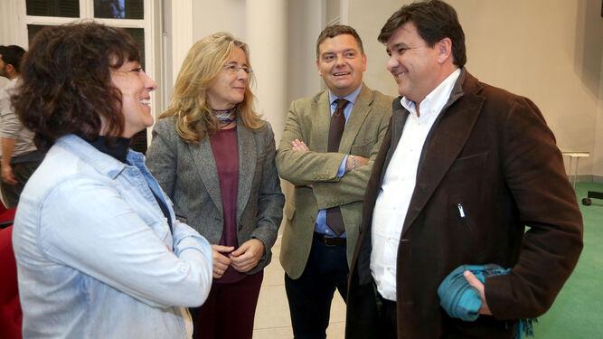 Gabriel Cruz conversa con Elena Tobar, Adelaida Mellado y Luis Pérez-Bustamante.