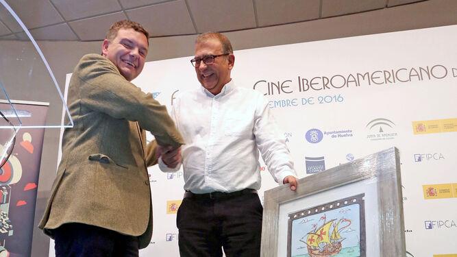 Raúl Alda recoge el premio de manos de Luis Pérez-Bustamante.