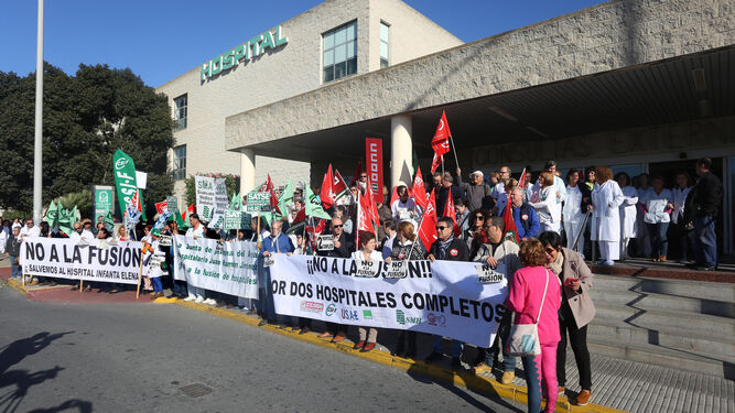 Concentración celebrada en la mañana de ayer ante Consultas Externas del Juan Ramón Jiménez.