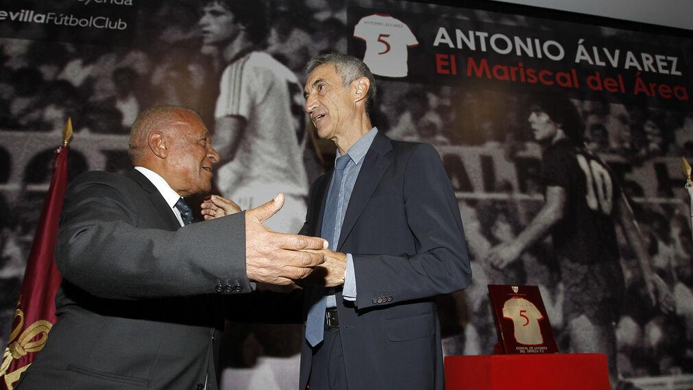 Entrega del Dorsal del Leyenda del Sevilla a Antonio Álvarez