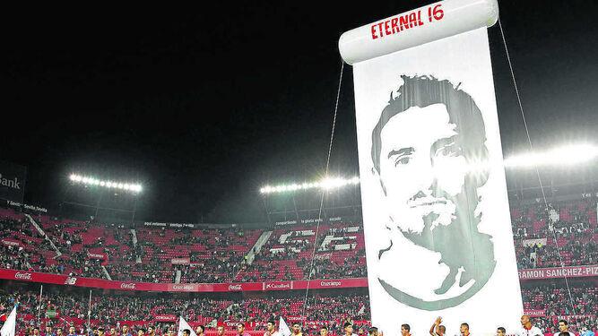 Una enorme fotografía de Antonio Puerta presidió su homenaje en el Pizjuán.