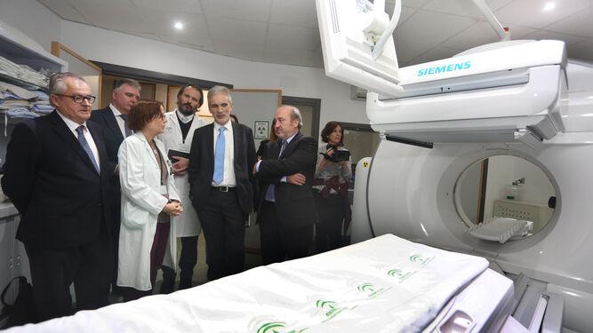 Aquilino Alonso, junto a Rafael López, Francisco José Romero, Antonio León y José Manuel Aranda, escucha las explicaciones de una profesional sobre la gammacámara Spect-TAC.