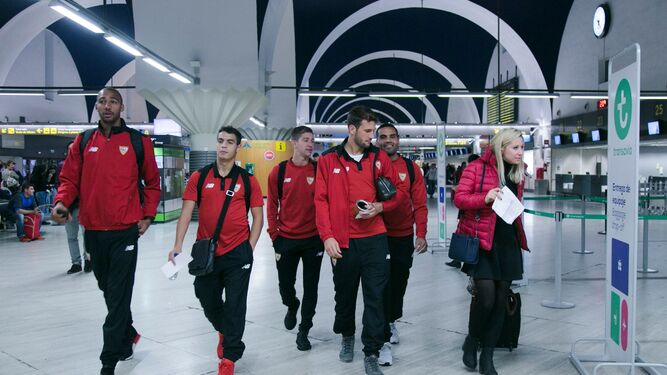 N'Zonzi, Ben Yedder, Vietto, Vázquez y Mercado avanzan ayer por el aeropuerto de San Pablo.