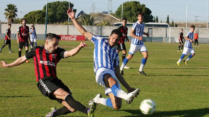 El albiazul Gustavo se esfuerza para golpear un balón que persigue un rival.