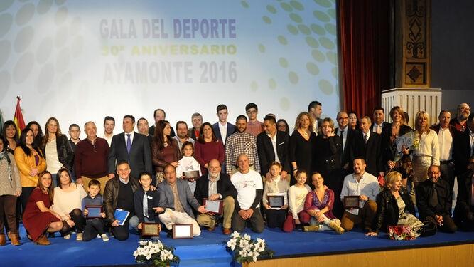 Foto de familia de todos los premiados en la Gala del Deporte de Ayamonte; abajo, técnicos y monitores de la Escuela Deportiva Municipal.