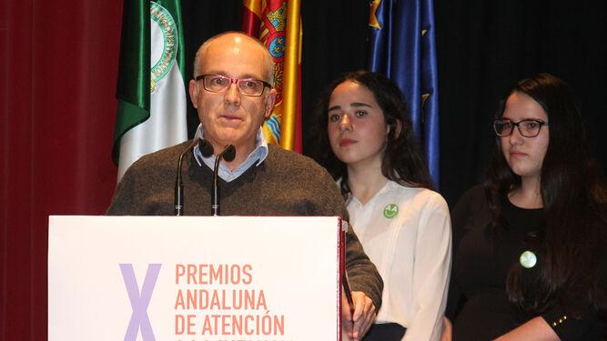 Gabriel de la Riva, director del IES San Blas, con dos alumnas.