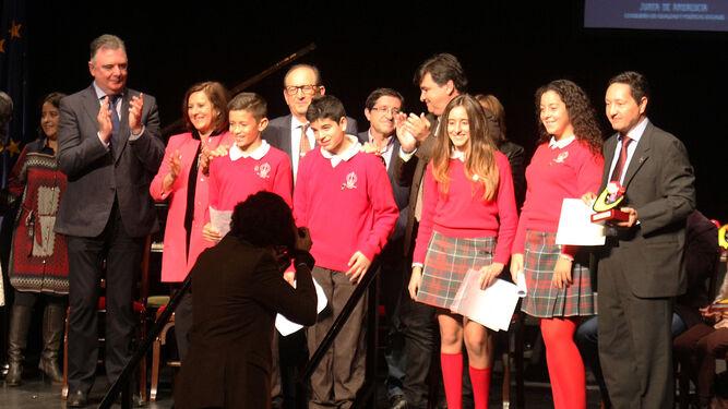 Romero, Sánchez y Cruz con el director y presidente de la Cooperativa La Hispanidad y un grupo de alumnos.
