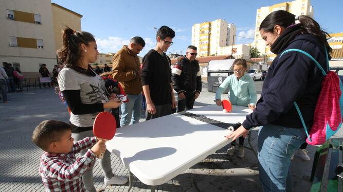 Unos niños juegan una partida de tenis de mesa.