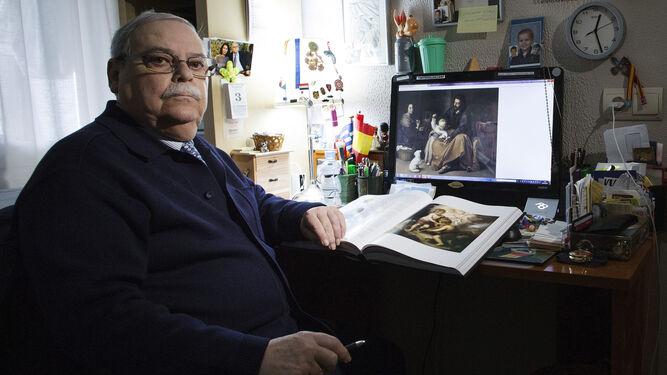 El exdirector del Bellas Artes de Sevilla Enrique Pareja, en el despacho de su casa.