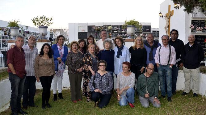 El grupo de poetas en un cementerio.
