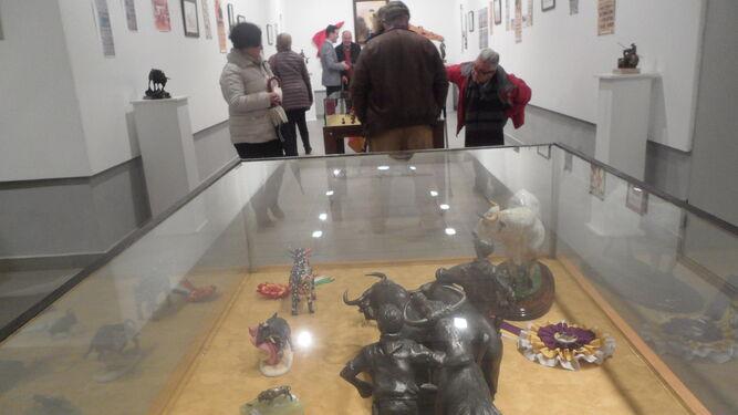 Carteles, maquetas, fotografías, utensilios... son solo parte de la muestra dedicada a la tauromaquia y que ha sido posible gracias a la colección de Rafael Ortiz, vecino de Aracena.