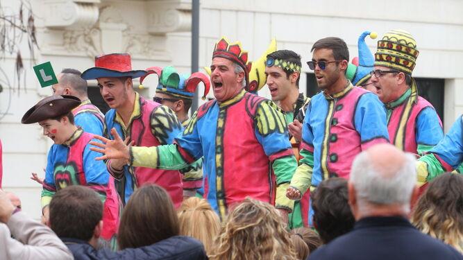 Una agrupación canta sus coplas a los onubenses.