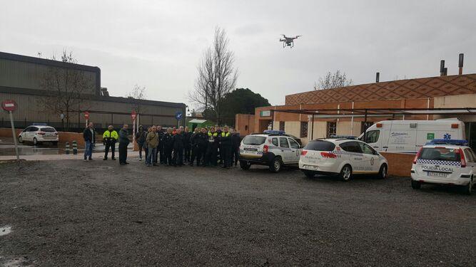 Momentos de la primera jornada sobre el uso de drones en los que la Policía Local de Andalucía acudió a una sesión teórica-práctica para comprobar el manejo y las numerosas ventajas que pueden aportar.