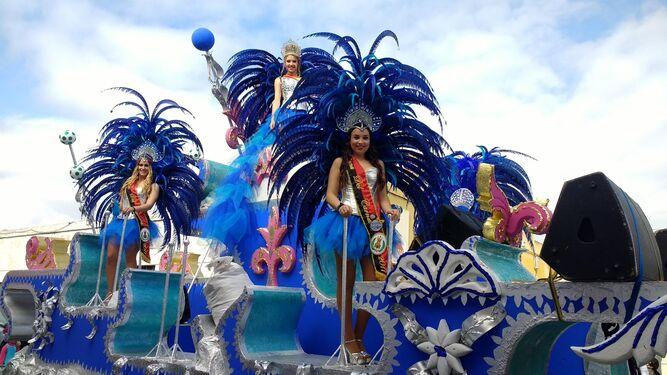 Una de las carrozas que participaron en el desfile de ayer.