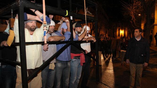 La cuadrilla del paso del Cristo de la Sangre comienza su ensayo por las calles de la feligresía de San Sebastián; al frente, Manuel Gómez 'Carnicerito'.