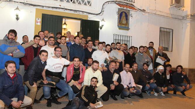 Los costaleros de la Hermandad de los Estudiantes antes de iniciar el ensayo en la noche del pasado lunes.
