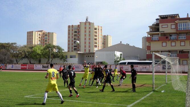Un lance del partido, saludo entre los equipos y aficionados en la grada.