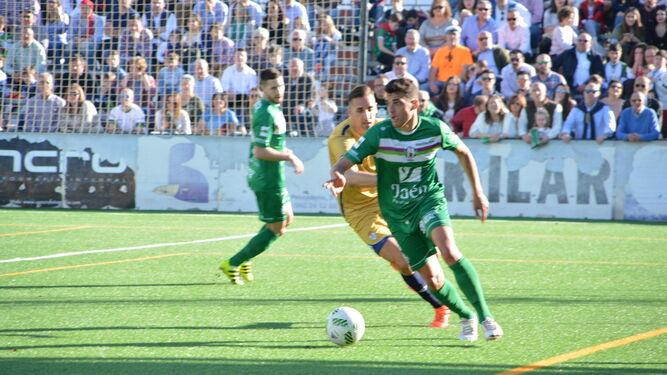 Ubay Luzardo persigue a un jugador del Mancha Real en el encuentro de ayer.