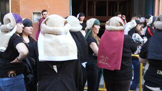 El ensayo de la cuadrilla de mujeres de la Hermandad del Santo Entierro, en imágenes