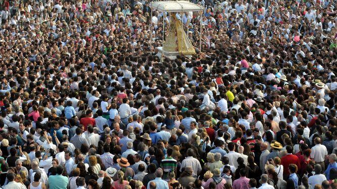 Procesión de la Virgen del Rocío el Lunes de Pentescotés por las calles de la aldea.